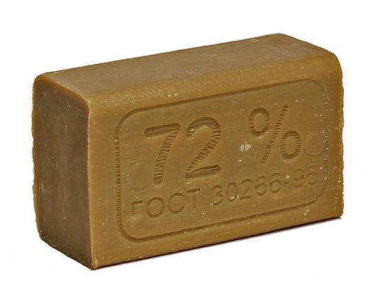 Удалить жирное пятно хозяйственным мылом