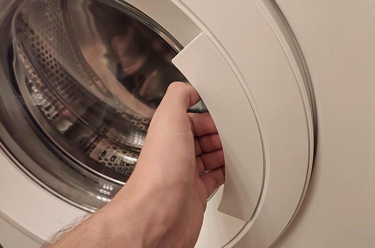 Неисправность устройства блокировки люка, из-за которой стиральная машина не качает воду