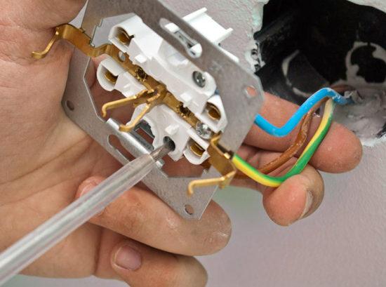 Стиральная машина бьет током из-за того, что подключена к розетке без заземления