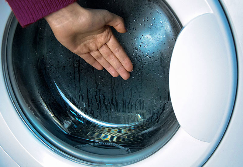Стиральная машина не греет воду – проверьте работу ТЭНа, потрогав стекло люка