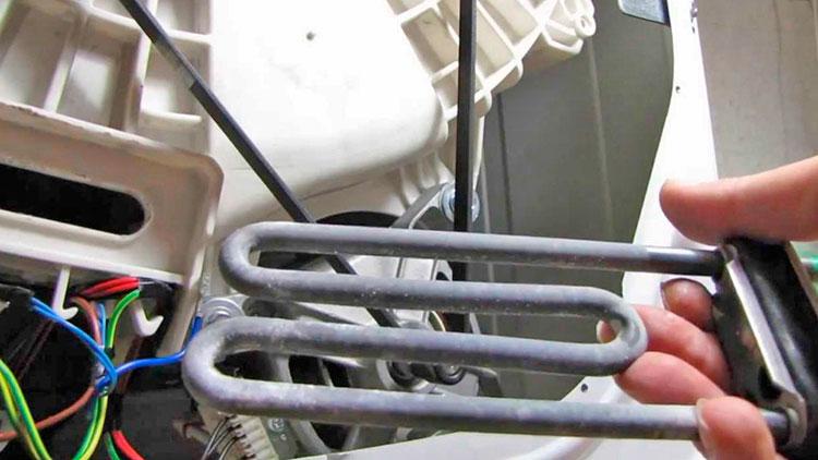Вытащить застрявшую косточку от лифчика можно через отвестире ТЭНа